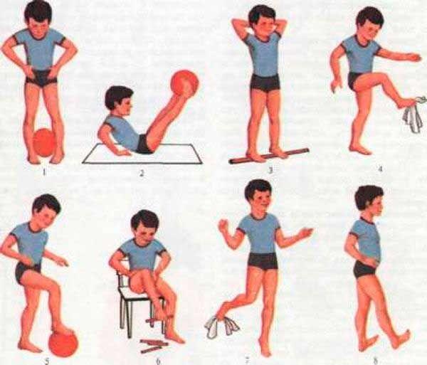 Ребенок делает различные упражнения против плоскостопия