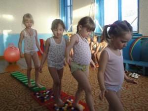 Ребятишки делают зарядку против плоскостопия в спортзале