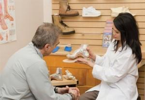 В ортопедическом салоне мужчине показывают товар
