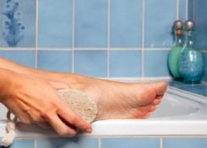 Ноги моют с пемзой
