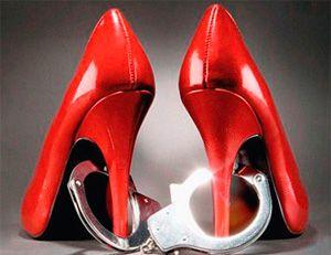 Красные туфли на каблуке закованы в наручники