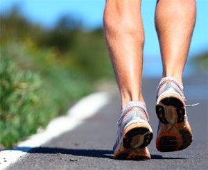 Мужчина бежит по асфальту в специальных кроссовках