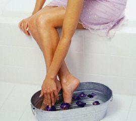 Женские ножки в ванночке